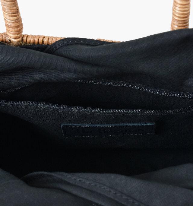 内張りにはコットン布帛を使用。小物を分けて収納できる内ポケット付きです。