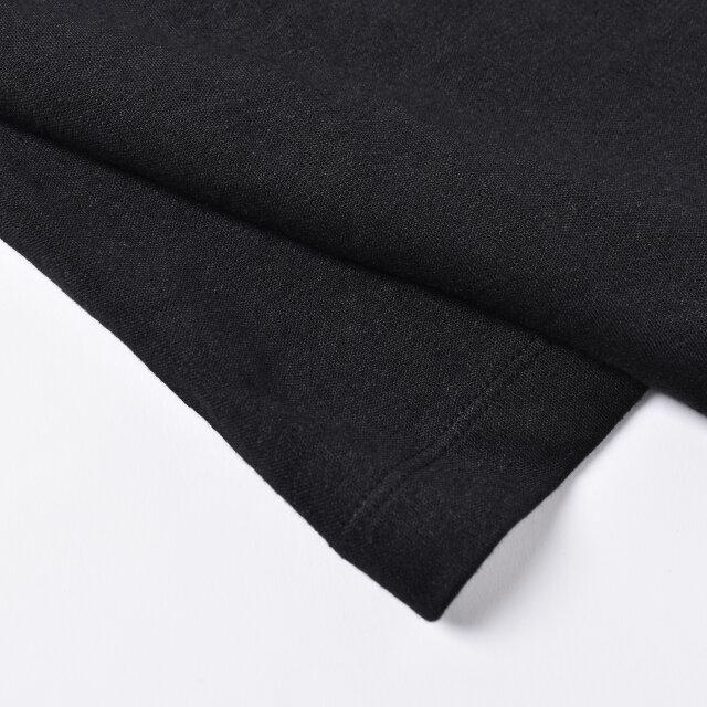 フランスの老舗リネンメーカー、SAFILIN / サフィラン社 の上質なリネンで丁寧に編まれました。厳しい工程で選りすぐられた、均一でしなやかなものだけを紡績した糸を使用しているため、筋の少ない滑らかな肌触りのリネンジャージーに仕上がっています。薄手で通気性がよく、暑い日でも快適です。