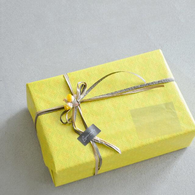 ※上部の画像はプレゼント包装の一例です。 アイテムによってプレゼント包装のデザイン、リボンのお色、シールの種類は異なります。 ※種類はお選び頂けません。
