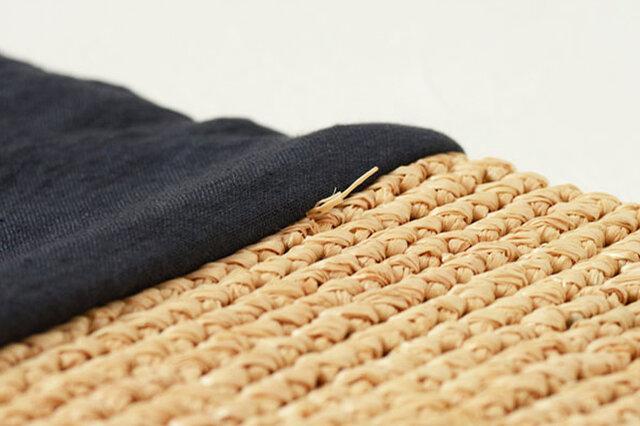 ※型崩れしますので、お洗濯やタンブラー乾燥はお避けください。 ※汚れた場合は湿らせて固く絞った布でたたくように拭き取ってください。 ※形を整え自然乾燥させることである程度形を保てます。 ※手作りのため個体差がございます。 ※ラフィアは天然素材ゆえの匂いがありますが使ううちに薄くなります。 ※ラフィアを霧吹きなどで少し湿らせると伸縮性が出ます。 ※直射日光を避け、通気性の良い場所で保管してください。 ※経年により多少の色の変化がございます。 ※濡れたまま放置しますとシミ・カビの原因となります。 ※引っ掛かりにご注意ください。