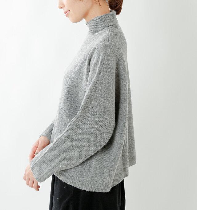 身頃はプレーンな天竺編み、ネックと袖・裾はリブ編みに切り替え、ニュアンスのあるデザインに。グッと肩位置を落としたドロップショルダーで丸みのある女性らしいシルエットに。