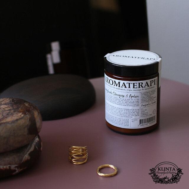 おしゃれなビンに入ったアロマキャンドルは 100%自然由来の成分で、私たちの心と体のバランスを整えてくれます。