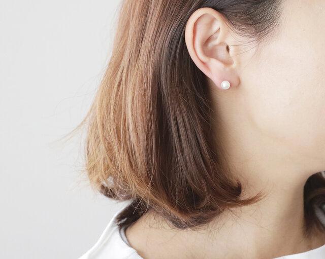 耳元にさりげない華を添えてくれるパールと切子の表情のギャップに、ファッションセンスの高さが光ります♪