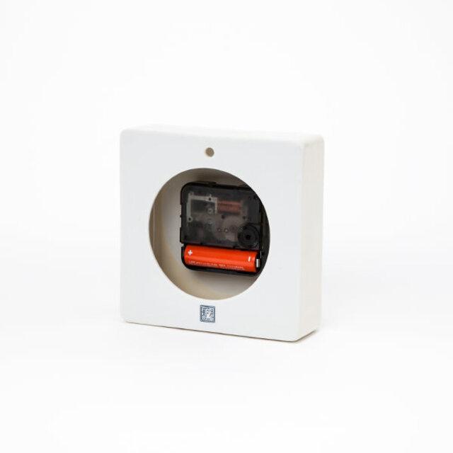 壁掛けできるように裏面上部に孔が開いています。単3乾電池で稼働。お買い上げ時に乾電池は1本付属、時計は箱入りのためギフトとしてもおすすめです。