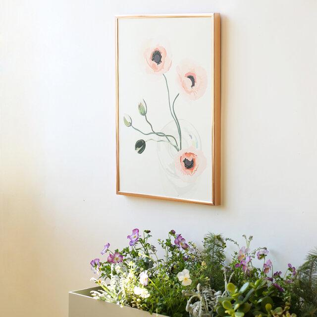 インテリアの定番の一つとなりつつあるポスター。 お部屋の雰囲気を変えたい時には重宝しますよね。 しかも一つで雰囲気を変えることができる手軽さも良い。 そしてお花や観葉植物などのグリーンも インテリアとしてあると嬉しいアイテム。  そんなお部屋にあると嬉しい2つのアイテムが融合したのが 新たにコートカルテレットから登場したボタニカシリーズ。 シリーズはサボテン2色、ユーカリ、ポピーの全4種類。 どれもデザイナーのクリスティーナ自身が撮りためた写真から インスピレーションを受けてデザインしたもの。 パステルカラーを基調にしたシンプルなデザインは コーディネートがしやすそう。  サイズはどれもA3のみ。 A3は大きすぎないけど、適度に存在感のあるサイズ。 シンプルに壁に飾るのはもちろん、 棚や机の上に置いてみたり、床に置いてみたり。 複数枚合わせてコーディネートも楽しめる。 A3って「ちょうど良いサイズ」だと思います。