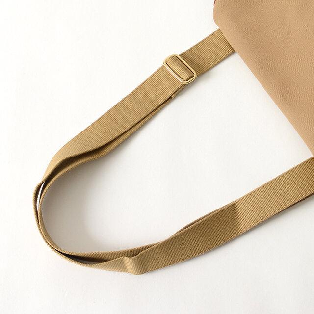 コットン100%のストラップは耐久性に優れており、背面に取り付けているため、たすき掛けしやすくなっています。