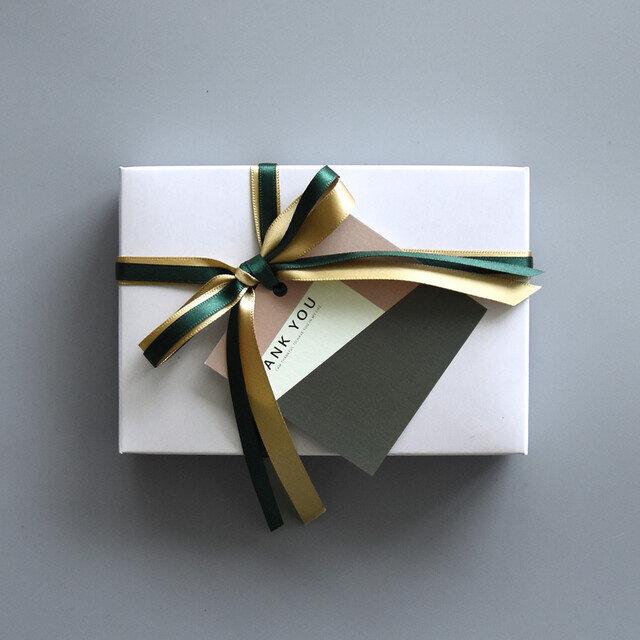 ・キーケース、財布などの小物 リボンのカラーはお包みする商品に合わせてこちらで選ばせていただきます。 ※ご希望がある場合は備考欄にご記載ください。(例)赤系リボン希望・緑系リボン希望