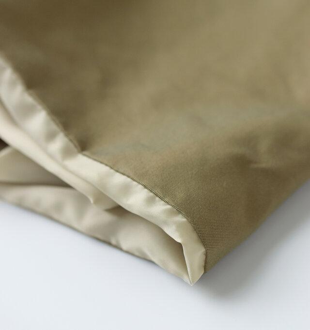 こちらの商品は表地と裏地を袋縫いで仕上げております。そのため写真のように表地から裏地が見えることがあります。個体によっては裏地の見え幅が異なる場合がございますが、あらかじめご了承ください。