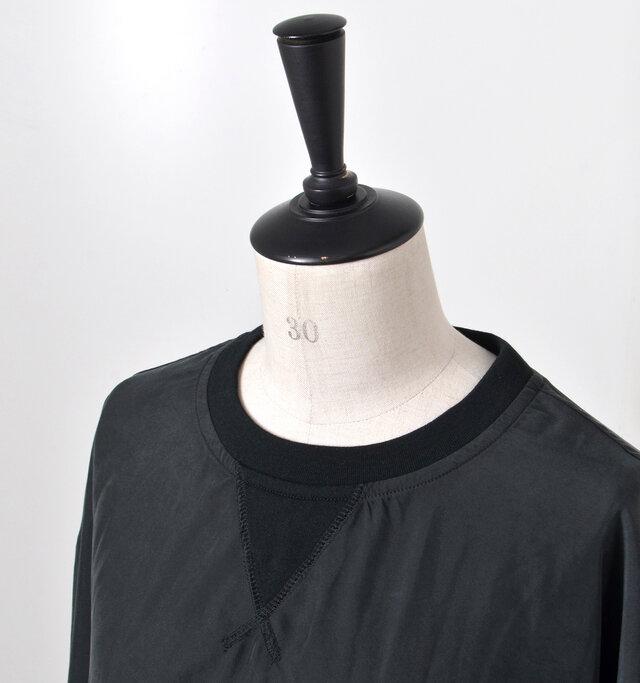 襟ぐりとガゼット部分にあしらったリブで、大人っぽさの中にほんのりラフさをプラス。
