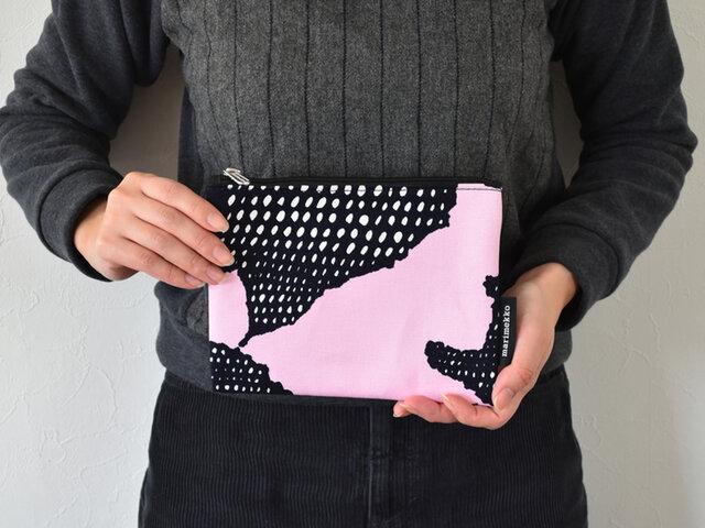 ポーチとして切り取るとデザインの一部を楽しむ形となりますが、ピンクの部分が花びら、黒い部分が種。デザインの広がりを感じられて面白いですよね。