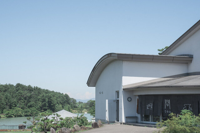 長野県東御市・芸術むら公園内にある公共施設「憩いの家」に問touがある。