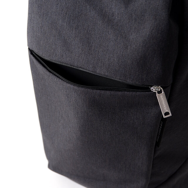 フロントのジップポケットは深さがあり、リップやハンカチなどのすぐに取り出したい小物類を収納するのに便利です。