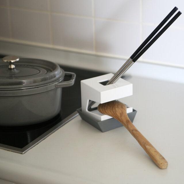 横向きに置けば、調理中に使うツールを置いておくことができます。 水洗いしたペットボトルを逆さにして、口の部分を上の穴に差し込めば、水切りとしてそのまま乾かすこともできますよ。その際、受け皿にキャップを置けば一緒に乾かすこともできます◎