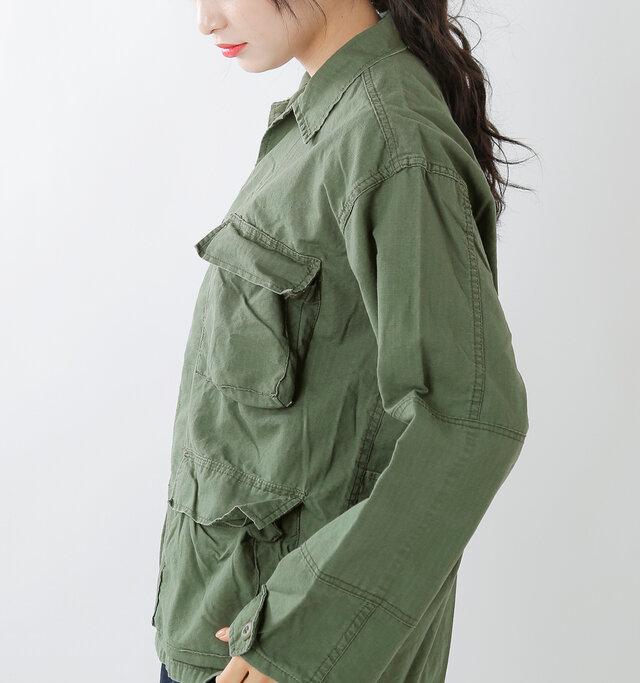 肩の位置を低めに設計したドロップショルダーにすることで、肩のラインを女性らしく滑らかに演出し、少し華奢なシルエットに見せてくれます。