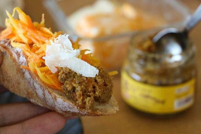 やさしいカレー味がパンとの相性もグッド!トッピングにチーズをスライスしてもおいしいです。
