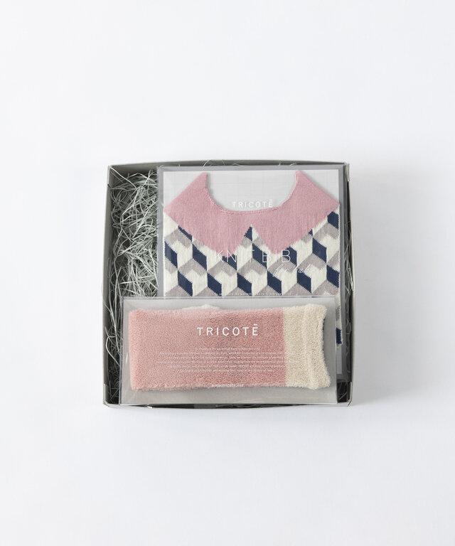 HEXAGON柄 ヘキサゴン幾何学柄が特徴的なビブ。 シャツを着た様な衿柄があるデザインです。 0歳〜1歳半頃まで使用出来ます。