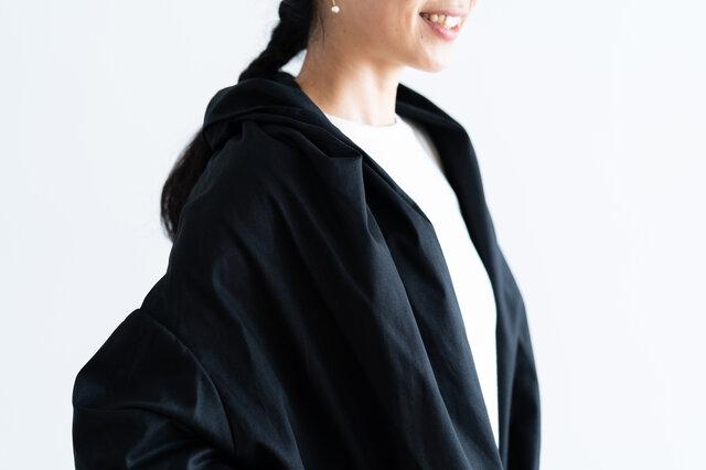 たっぷり生地を使った襟元は、ショールを羽織ったようなシルエットに。大人っぽい雰囲気に仕上がります。
