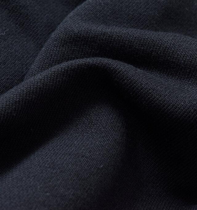 程よい厚みでさらりとした肌触りの素材を使用した、着込むほどに風合いを増す上質な生地感。