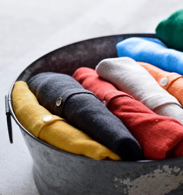 リネンを使い涼しげな雰囲気に仕上げたサマーニットカーディガン。生地にはUV加工も施され、紫外線対策もバッチリ。ベーシックなデザインのカーディガンは一枚は持っておきたいアイテム。ベーシックカラーから差し色使いできるビビットカラーまで、豊富な10色展開から選べるのも魅力です。
