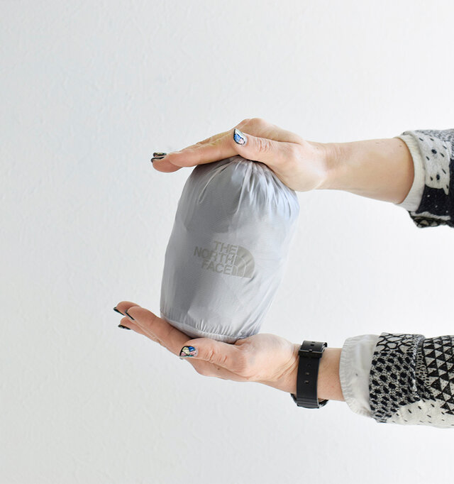 コンパクトに収納できるスタッフサック付き。くるくるっと畳んでポンとバッグに仕舞えるので、折り畳み傘代わりとしても重宝します。アウトドアやフェスのお供にもおすすめです。