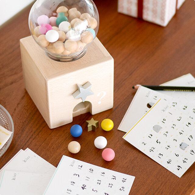 こちらのgatcha gatcha bingo(ガチャガチャビンゴ)は、30枚セットのビンゴカード付き。すぐにビンゴゲームができます。 ボールの中には、1つだけ星の形のラッキースターが入っているのでそれをオールマイティとして好きな数字をあけられるようにするなどそれぞれに、楽しいルールを考えてみてくださいね。
