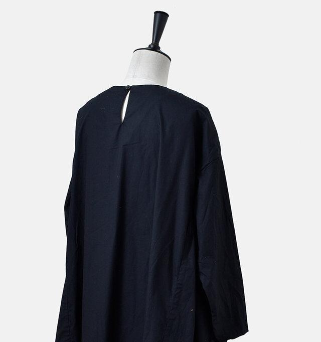 首元後ろにはボタンがあり、外すと首元が大きく開いて脱ぎ着も簡単です。