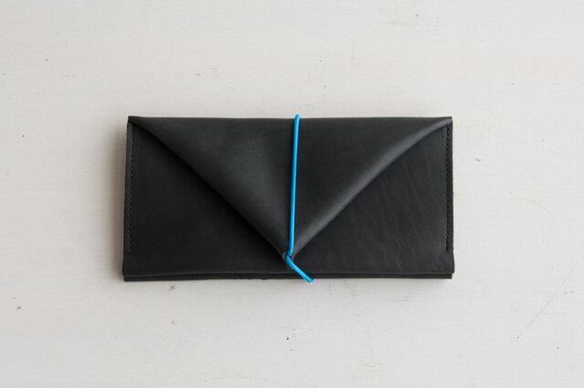 シンプルかつ機能的、そしてなによりおすすめのポイントは、小銭が取り出し易いこと!「トートーニー」の長財布はゴムひもでとめるお財布です。