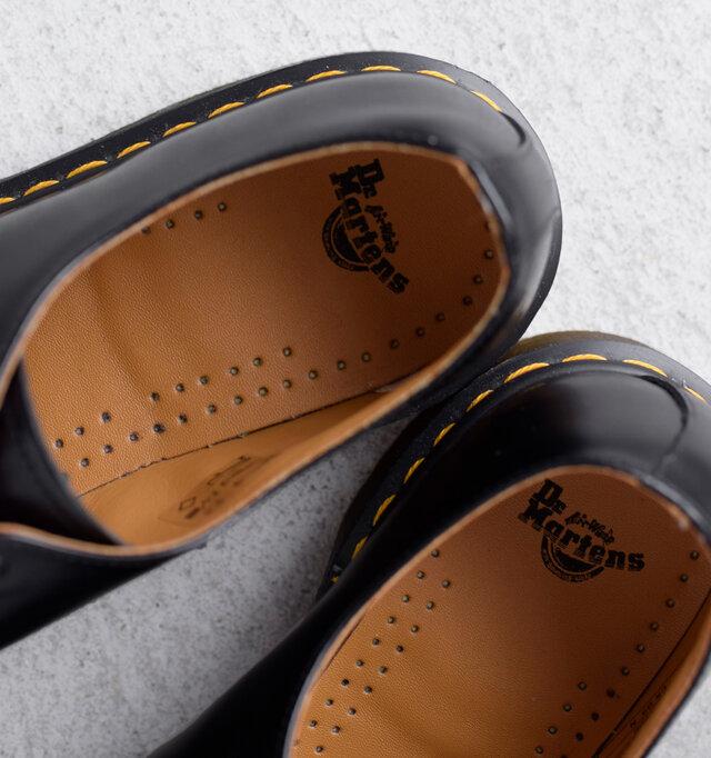 クッション性の効いたレザーインソールが足の疲れを軽減します。ブランドロゴもチラリ。