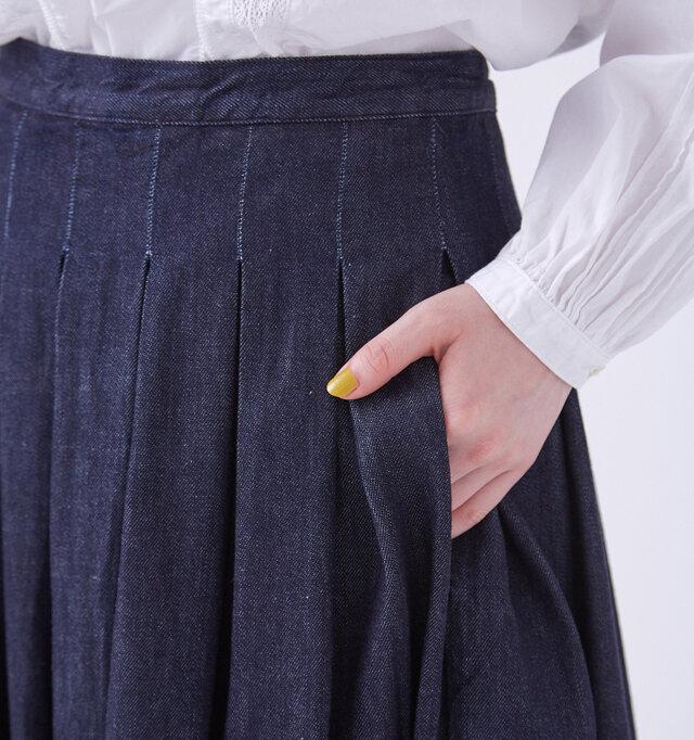 サイドには、シルエットの邪魔にならないシームポケット(※)を備えています。  ※縫い目や切り替えなどを利用して作られた、外から見えない脇ポケット