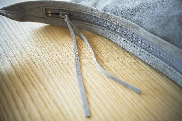 ピッグレザーを極限まで薄く漉いたジップスライダーは、軽やかに動き、チャームとしてアクセントに。