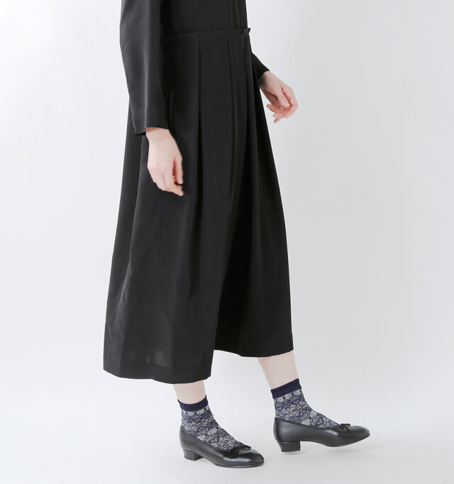 たっぷりの生地を使用してプリーツを作っているので、裾に向かってふわりと広がり、動くたびにとても優雅。とろみのある生地のため、広がりや落ち感があるのも特徴です。
