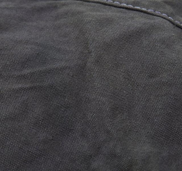 バッグを作り上げてから製品染めをすることにより、生地の縮みや自然なシワが出ているのも特徴です。 表情豊かで、手にした時から既にヴィンテージ感と味のあるバッグになるよう仕上げました。