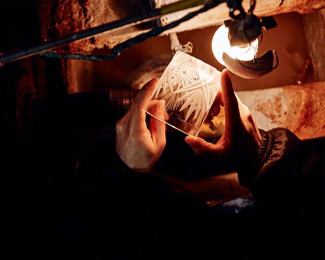 クリスタルガラスの生地から手のひらサイズまで削りだし、薄く小さなガラスに繊細なデザインを彫る作業は非常に高い集中力が必要。それが小さな作品であればあるほど、より高い技術力も求められます。
