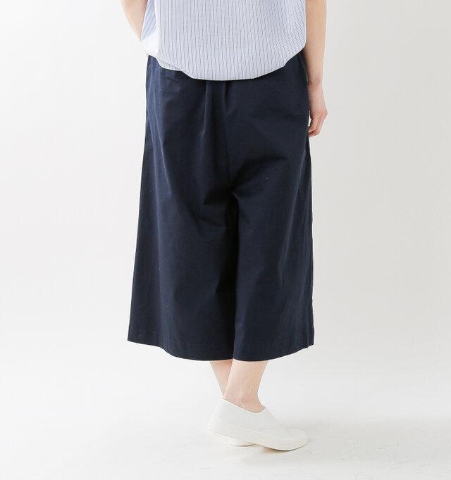 張り感のある生地できれいなかたちをキープ。ケレンが得意とするスカートのように見えるシルエットです。ひざ下丈で足元がもたつかず、デイリーに動きやすいのもポイント。
