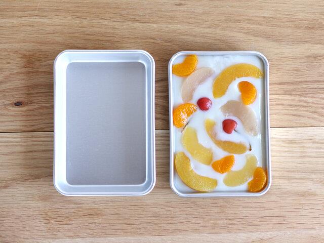 一番小さな「小」サイズ。牛乳やジュース、フルーツをたっぷり使った寒天作りにもおすすめです。カトラリーの収納にも丁度良いサイズ。