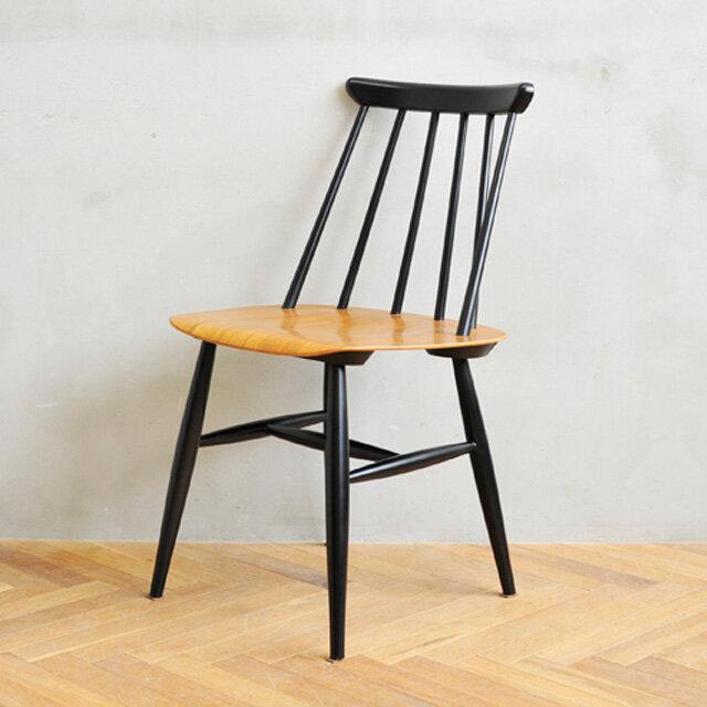 1本1本のスポークは、座った人の背中を包み込むように角度がついており、 座面はお尻の丸みに合わせて少しくぼんでいます。 また、座面のひざ裏があたる部分は丸みを持たせて、 ところどころに、やさしい座り心地へのこだわりが詰まっています。