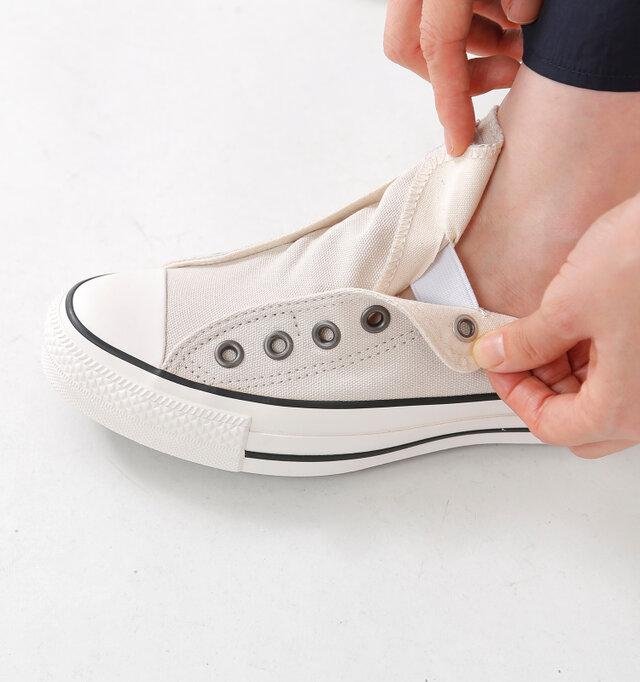 ベロの内側に伸縮性のあるゴムが入っているので、シューレースがなくても足にフィット。ベロを持ちながら足を入れるだけで、楽に履くことができます。