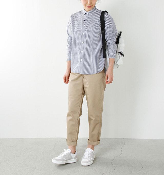 model yama:167cm / 49kg color : white / size : 24.0cm   スウェードとメッシュのコンビ素材やパンチング、刺繍のロゴを施したデザインにこだわりのあるシューズは、シンプルなのに存在感バツグンです。
