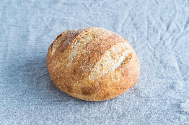 毎月使う小麦の変わる月替りのカンパーニュです。  イタリアシチリア産の自然栽培のセモリナ100%。石臼挽きでほんのり甘く香り高い生地はオリーヴオイルやレモンとよく合います。  原材料 / 自然栽培セモリナ粉(シチリア産)、有機オリーブオイル、自然塩、パン酵母