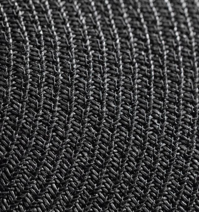 とても軽く柔らかでしっとりとしたかぶり心地が特徴的なペーパーブレード素材を使用しています。
