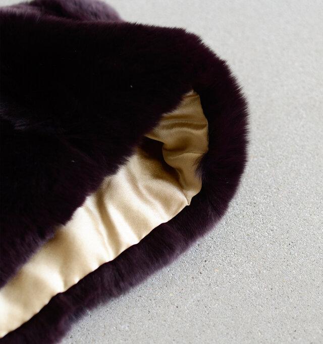 内側はシルク素材のサテン生地を配した贅沢な素材使い。滑らかで肌触り良く仕上げられています。