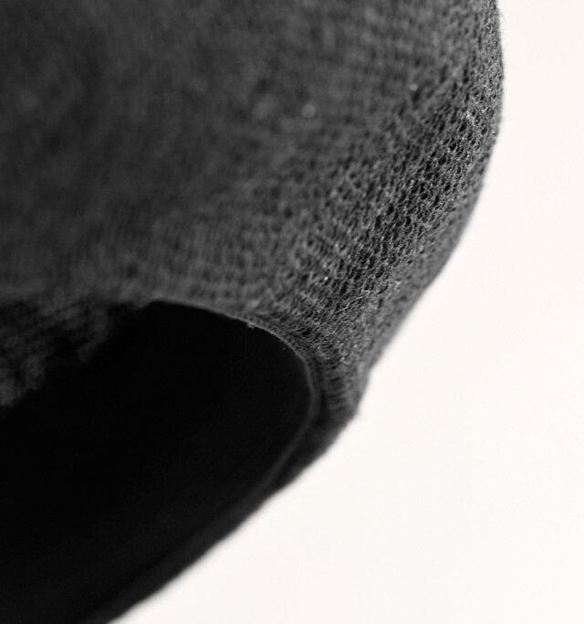 帽子の端はくるんと内側に折られています。