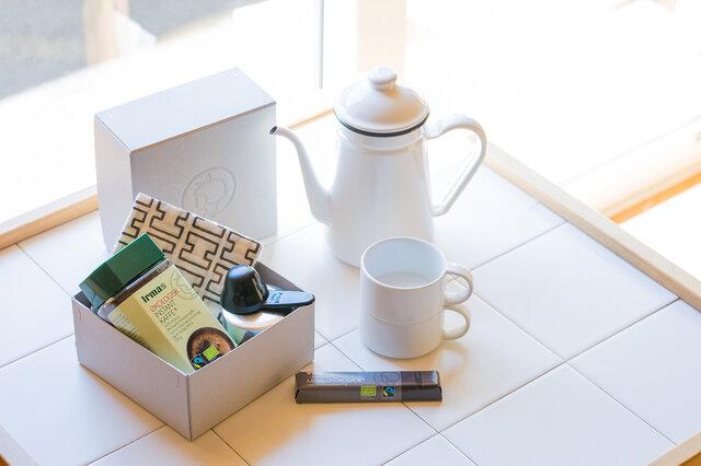 活用例3:コーヒーセットを入れて。自宅やオフィスでの保管用はもちろん、     ピクニックに箱ごと連れて行っても気分があがります。