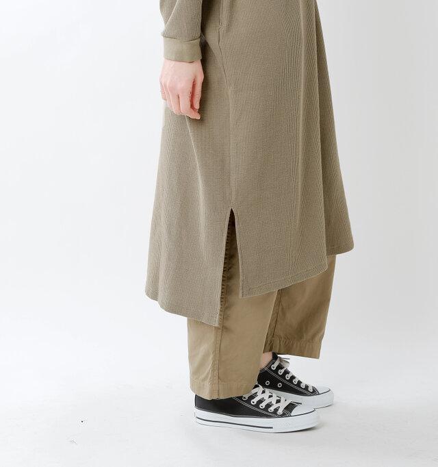 前後差のある裾に大胆なサイドスリットで、ロング丈ながらも歩きやすく印象も軽やかに。