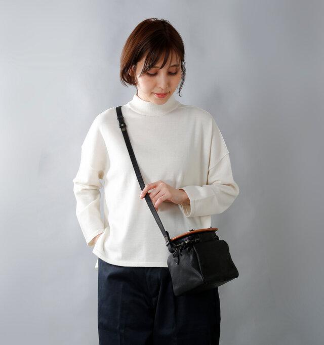 手ひもの組み合わせでハンドバッグ、ショルダーバッグの2通りの持ち方ができます。