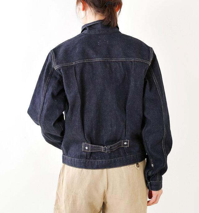 バックウエスト付近にあるベルトで裾幅を調整することも可能。 タックを寄せていたりと、より立体的なシルエットをつくりだします。