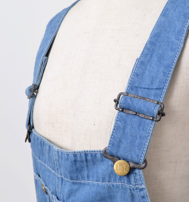 簡単に長さを調節できるアジャスター付きの肩ヒモ。ヴィンテージ感たっぷりの金具がアクセントに。