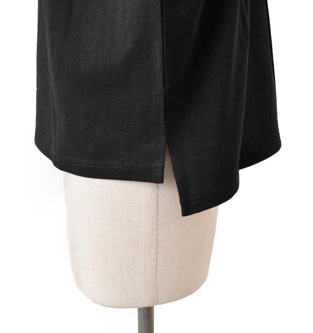 サイドの両裾には小さめのスリットを入れてワイドボトムスと合わせてもすっきり着られます。