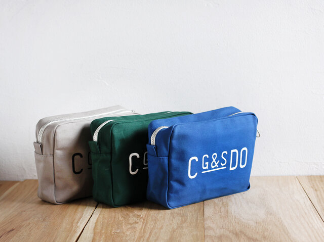 Sサイズのポーチは、文庫本や手帳など、ちょっとした文房具なども収納できる大きさで、バッグの中身を整理するバッグインバッグとしてはもちろん、旅行のときの小物入れとしても活躍します。