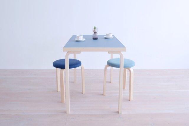 フィンランドを代表する建築家Alvar Aalto(アルヴァ・アアルト)がデザインした小ぶりなデザインテーブルです。アアルト特有の曲げ木の手法が使われたベーシックなデザインです。 (画像天板カラー:ブルー)